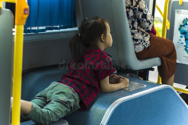 Ένα παιδί βάζει στο κάθισμα στο λεωφορείο τινάγματος μόνο στοκ εικόνα με δικαίωμα ελεύθερης χρήσης