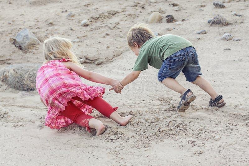 Ένα παιδί που βοηθά το άλλο παιδί Έννοια βοήθειας στοκ φωτογραφία με δικαίωμα ελεύθερης χρήσης