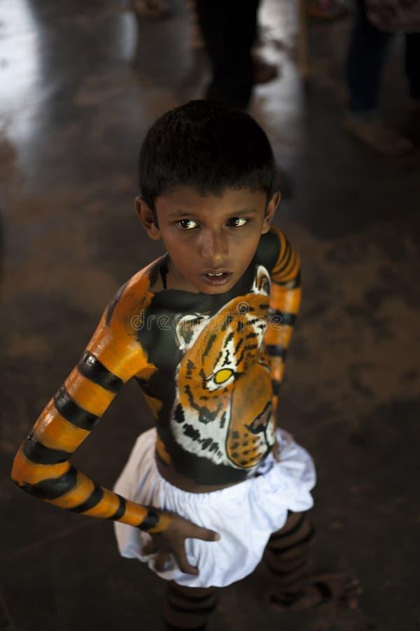 Ένα παιδί παίρνει έτοιμη για Pulikali thrissur του την παρέλαση σε συνδυασμό με τον εορτασμό onam στοκ φωτογραφία με δικαίωμα ελεύθερης χρήσης