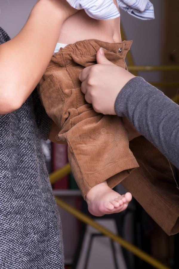 Ένα παιδί στα χέρια της μητέρας στοκ εικόνες με δικαίωμα ελεύθερης χρήσης