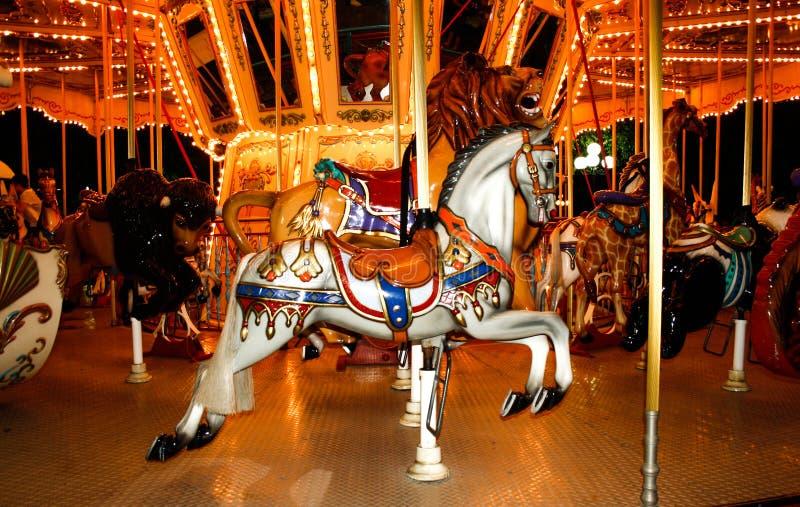Ένα παλαιό ιπποδρόμιο με τα άλογα και άλλα ζώα σε ένα λούνα παρκ bay bridge ca francisco night san time Εύθυμος-πηγαίνω-γύρω από  στοκ εικόνες