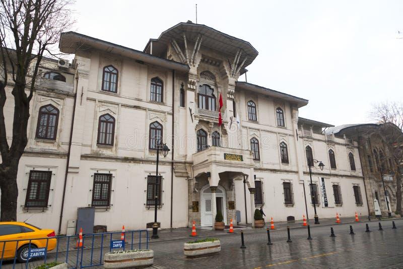Ένα παλαιό κτήριο στη Ιστανμπούλ με μια πρόσοψη πετρών στοκ φωτογραφία
