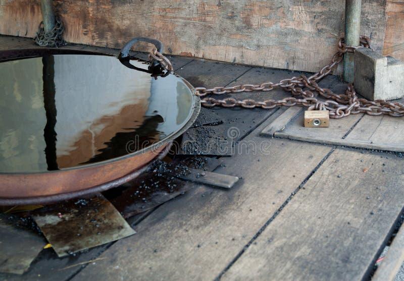 Ένα παλαιό πετρέλαιο - γεμισμένο τηγάνι που αλυσοδένεται στη θέση στοκ φωτογραφία