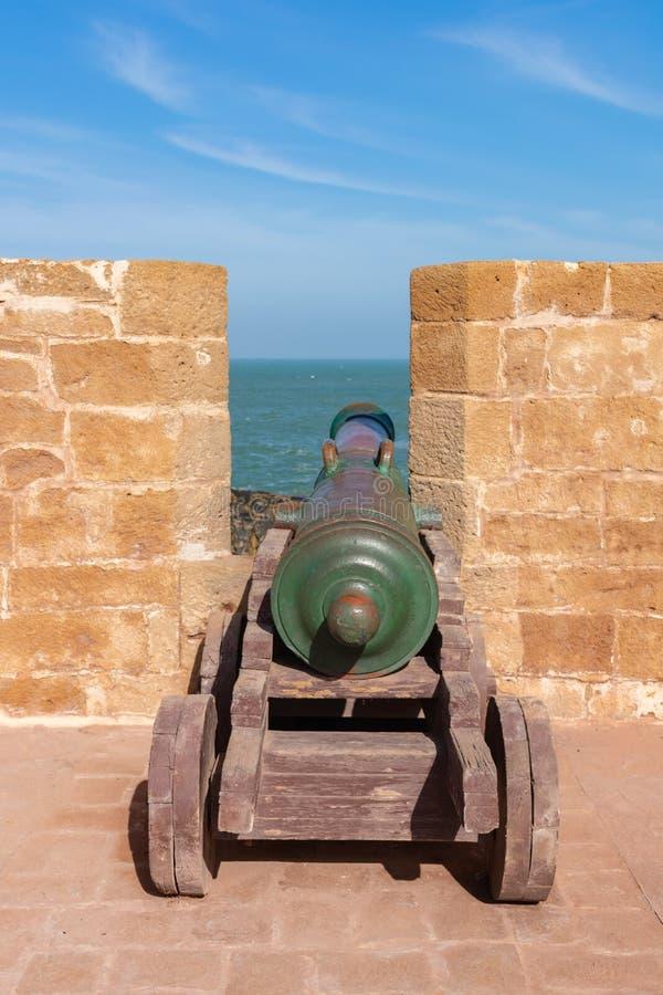 Ένα παλαιό πυροβόλο στους ενισχυμένους τοίχους πόλεων Essaouira Μαρόκο στοκ εικόνα με δικαίωμα ελεύθερης χρήσης