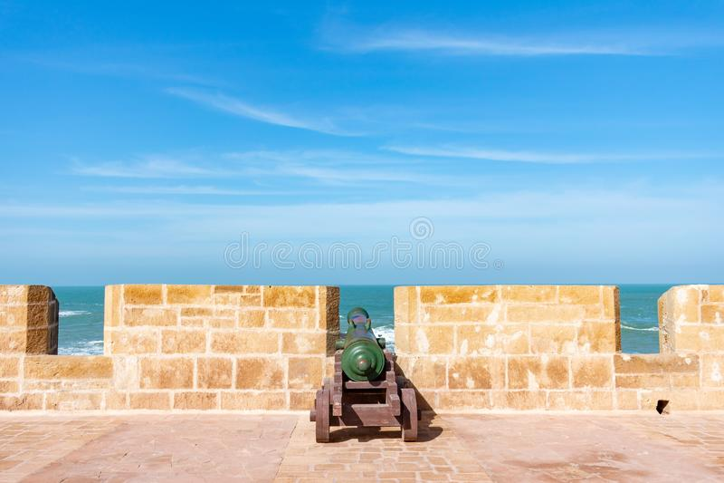 Ένα παλαιό πυροβόλο στους ενισχυμένους τοίχους πόλεων Essaouira Μαρόκο στοκ εικόνες