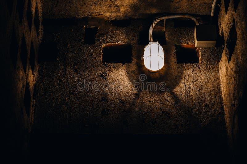 Ένα παλαιό flourecent φως στον ξεπερασμένο εσωτερικό τοίχο στοκ φωτογραφίες
