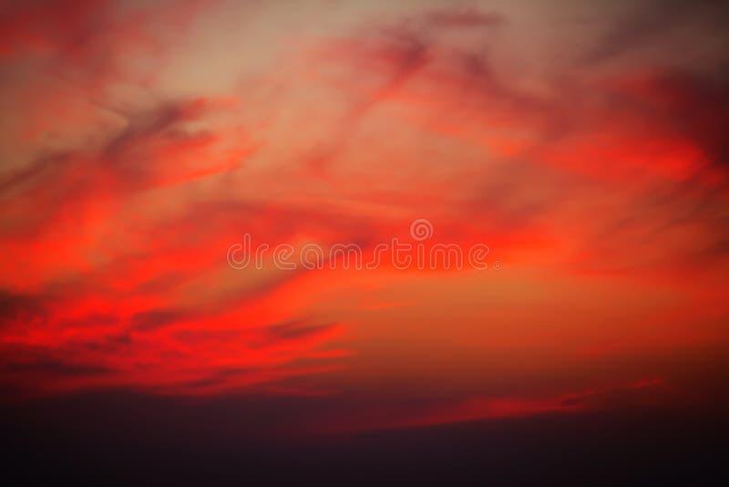 Ένα πανέμορφο ηλιοβασίλεμα με τα φωτεινά κόκκινα σύννεφα πέρα από το Yala Nationalpark στοκ εικόνες