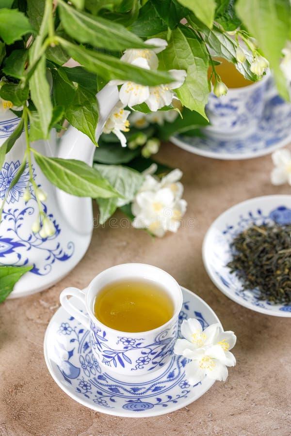 Ένα πανέμορφο τσάι που τίθεται με το ευώδες πράσινο τσάι Πράσινο τσάι με ένα γούστο jasmine στοκ εικόνες