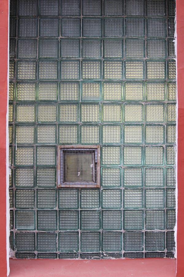 Ένα παράθυρο σε έναν τοίχο γυαλιού φιαγμένο από thick-walled κύτταρα batch στοκ φωτογραφία