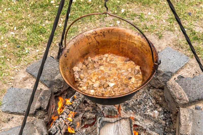 Ένα παραδοσιακό ουγγρικό πιάτο είναι goulash κατσαρολών στοκ εικόνες