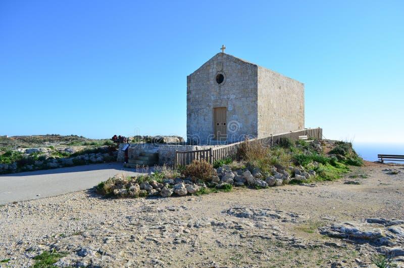 Ένα παρεκκλησι στους απότομους βράχους - Μάλτα στοκ εικόνες