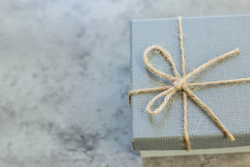 Κιβώτιο δώρων στον πίνακα Ένα παρόν στην έκπληξη διακοπών στοκ εικόνες με δικαίωμα ελεύθερης χρήσης