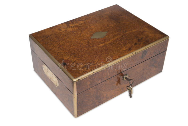 Ένα παλαιό ξύλινο κιβώτιο ματαιοδοξίας με το κλειδί στην κλειδαριά στοκ εικόνα με δικαίωμα ελεύθερης χρήσης