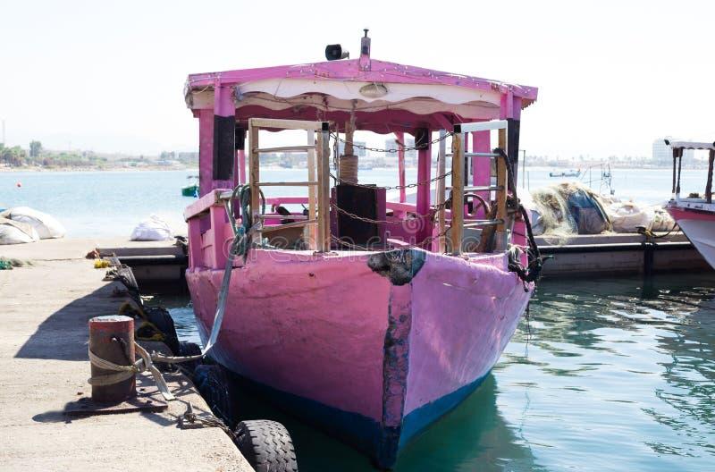 Ένα παλαιό σκάφος αναψυχής που περιμένει τους τουρίστες σε μια πρόσδεση στο στρέμμα, στοκ φωτογραφία