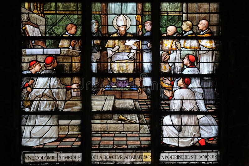 Ένα περιστέρι, σύμβολο της ειρήνης, εμφανίζεται στο στήθος του ST Francis de Sales στοκ εικόνες