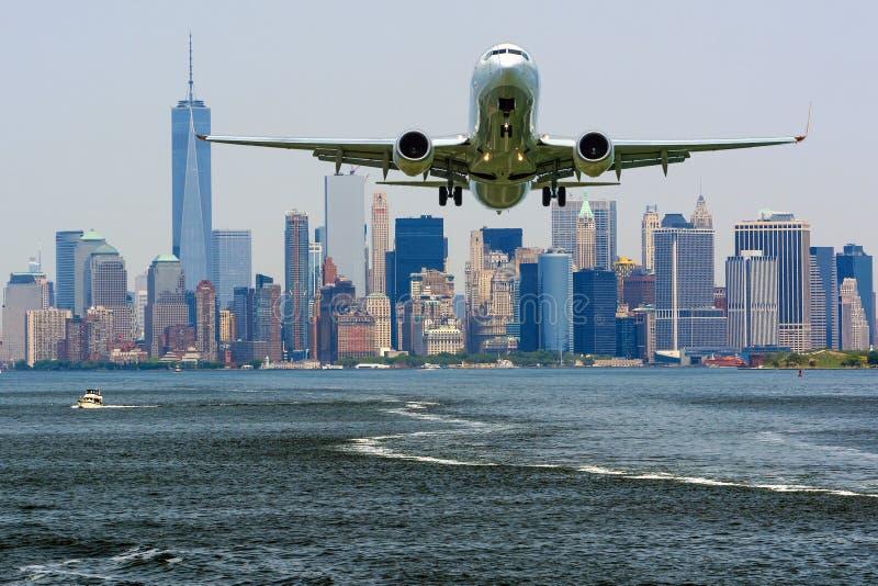 Ένα πετώντας αεροπλάνο με την άποψη του Λόουερ Μανχάταν, Νέα Υόρκη, ΗΠΑ στοκ εικόνα
