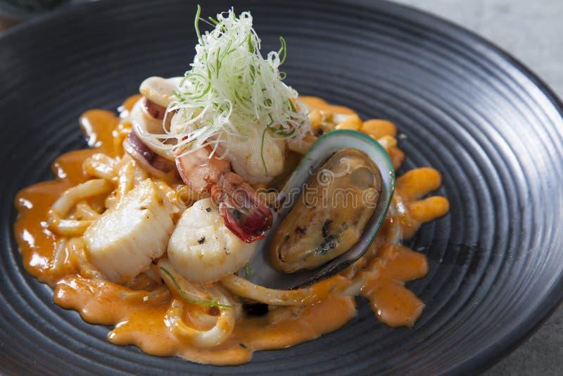 Ένα πιάτο ανακατώνει το τηγανισμένο νουντλς θαλασσινών udon στοκ εικόνες με δικαίωμα ελεύθερης χρήσης