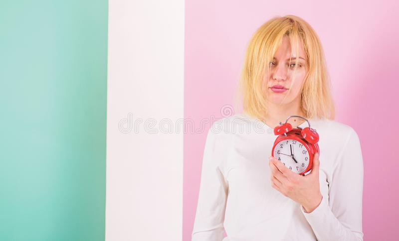Ένα πιό φοβερό ξύπνημα Έλλειψη ύπνου κακή για την υγεία Παρενέργειες Oversleeping πάρα πολύς ύπνος επιβλαβής Κορίτσι νυσταγμένο στοκ φωτογραφία