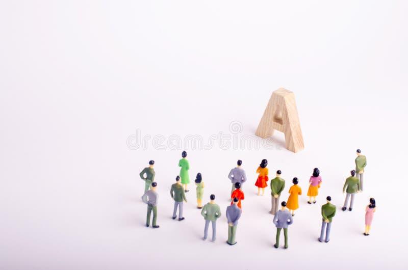 Ένα πλήθος των ανθρώπων στέκεται και εξετάζει τις επιστολές μια διαθέσιμη εκπαίδευση, παιδικοί σταθμοί και σχολεία, κολλέγια και  στοκ φωτογραφίες με δικαίωμα ελεύθερης χρήσης