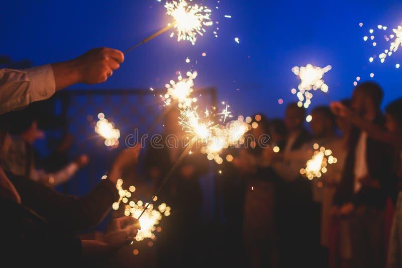 Ένα πλήθος των ευτυχών νέων με τα sparklers πυρκαγιάς της Βεγγάλης στα χέρια τους κατά τη διάρκεια του εορτασμού γενεθλίων στοκ φωτογραφίες με δικαίωμα ελεύθερης χρήσης