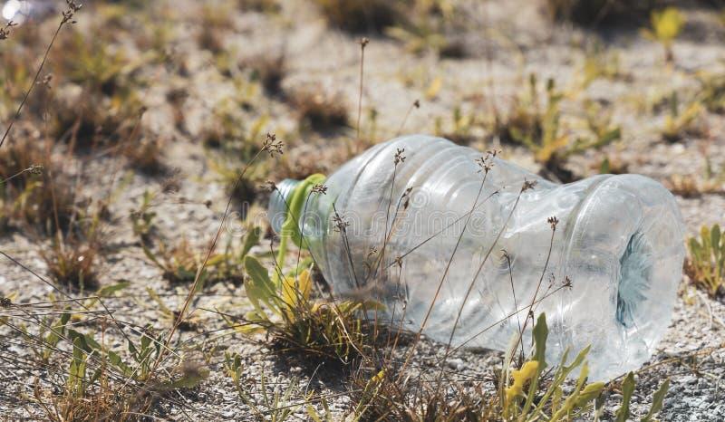 Ένα πλαστικό μπουκάλι της PET έπλυνε σε μια παραλία στοκ εικόνες με δικαίωμα ελεύθερης χρήσης