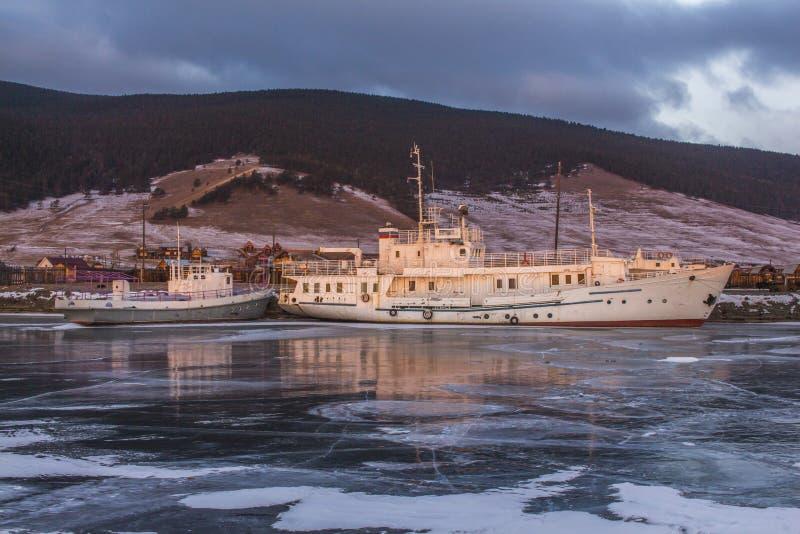 Ένα πλοίο παγωμένο στον πάγο την αυγή στοκ εικόνα με δικαίωμα ελεύθερης χρήσης