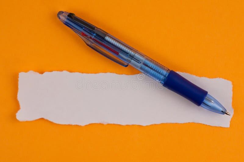Ένα πολυ μπλε διαφανές ballpoint χρώματος και άσπρο κενό σχισμένο ορθογώνιο έγγραφο στοκ εικόνα με δικαίωμα ελεύθερης χρήσης