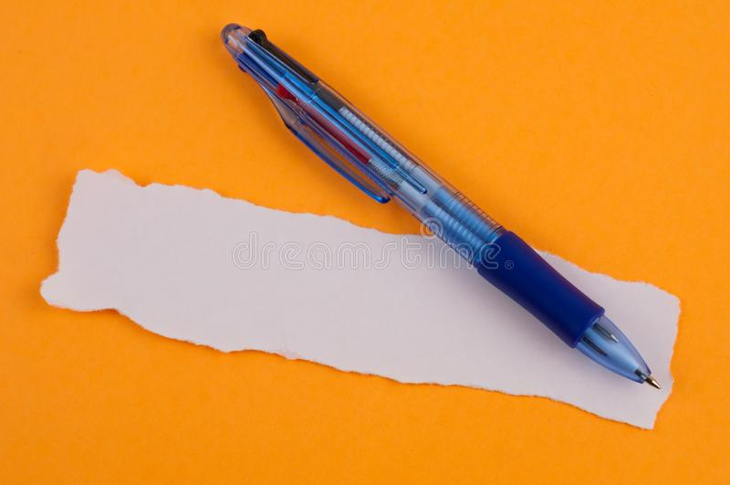 Ένα πολυ μπλε διαφανές ballpoint χρώματος και άσπρο κενό σχισμένο ορθογώνιο έγγραφο στοκ φωτογραφίες με δικαίωμα ελεύθερης χρήσης