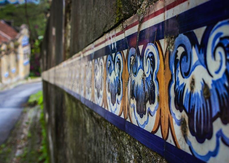 Ένα πορτογαλικό κεραμίδι σε έναν τοίχο στοκ εικόνα