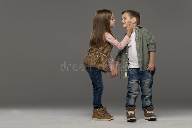 Ένα πορτρέτο ενός γελώντας κοριτσιού και ενός χαμογελώντας αγοριού στοκ εικόνα