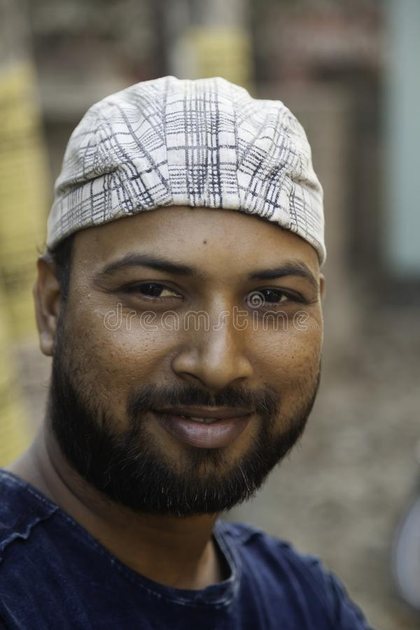 Ένα πορτρέτο ενός εύθυμου νέου ινδικού ατόμου στοκ εικόνα
