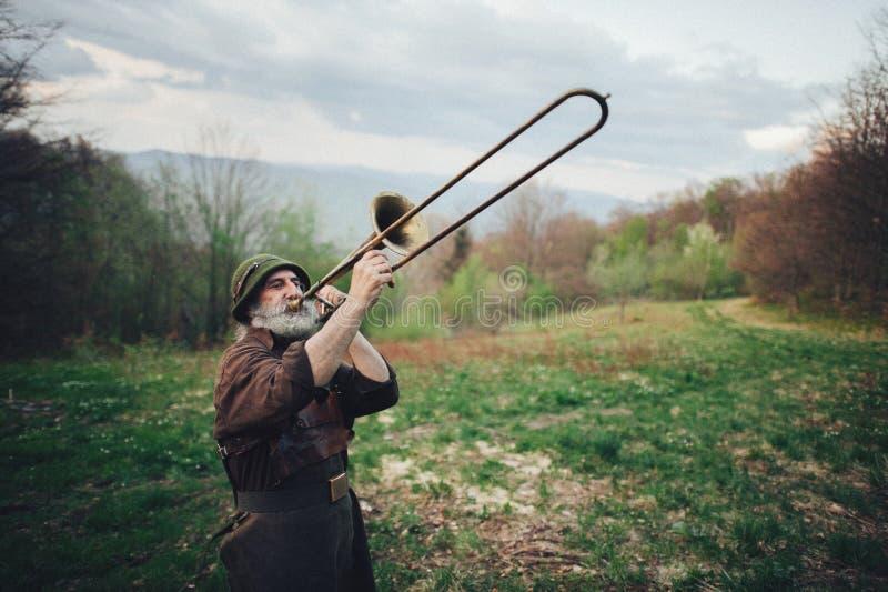 Ένα πορτρέτο ενός ηλικιωμένου ατόμου στο δάσος στοκ φωτογραφία με δικαίωμα ελεύθερης χρήσης