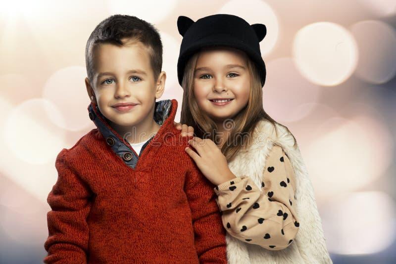 Ένα πορτρέτο ενός κοριτσιού και ενός χαμογελώντας αγοριού φυλλομετρεί επάνω στοκ φωτογραφίες