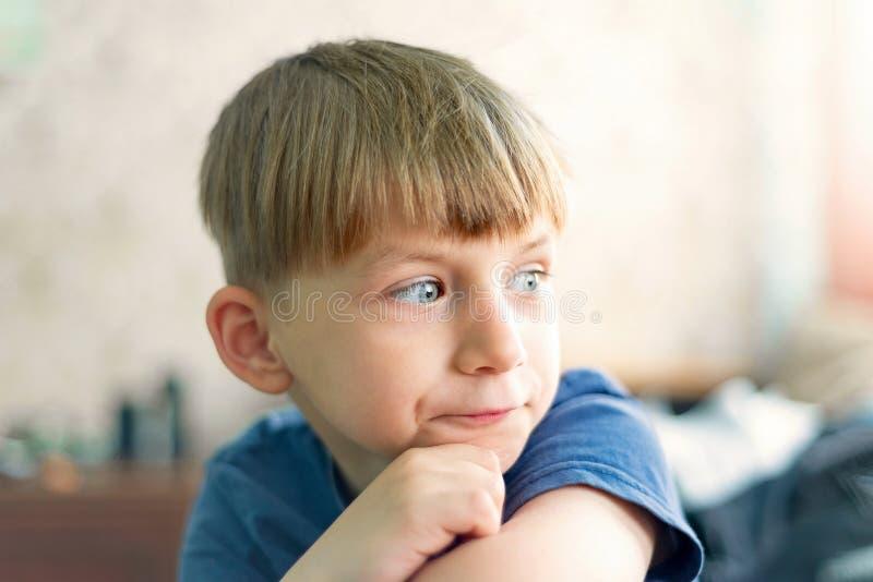 Ένα πορτρέτο ενός χαριτωμένου και ευφυούς μικρού παιδιού που σκέφτεται και κοιτάζει μακριά στοκ φωτογραφίες με δικαίωμα ελεύθερης χρήσης