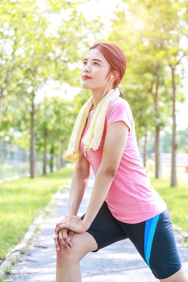 Ένα πορτρέτο μιας ασιατικής γυναίκας που κάνει την τεντώνοντας άσκηση στοκ εικόνα με δικαίωμα ελεύθερης χρήσης