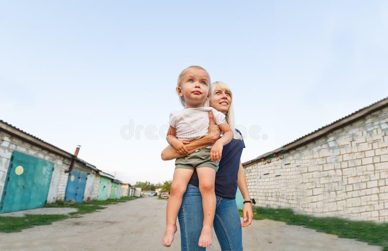 Ένα πορτρέτο μιας ευτυχούς οικογένειας: μια νέα όμορφη γυναίκα με το χαριτωμένο κοριτσάκι της στοκ εικόνες