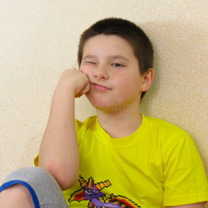 Ένα πορτρέτο του γιου μου που αγαπά να σύρει και να θέσει για μια φωτογραφία στοκ εικόνες με δικαίωμα ελεύθερης χρήσης