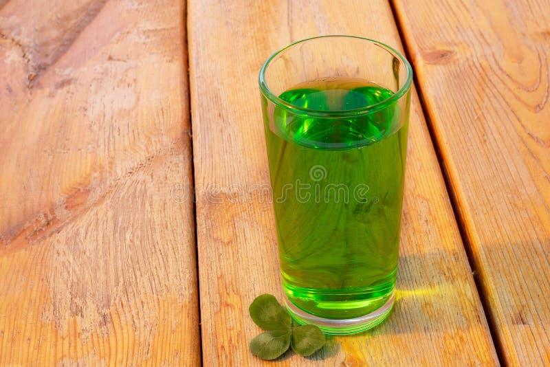 Ένα ποτήρι της πράσινης μπύρας για την ημέρα του ST Πάτρικ στοκ εικόνα