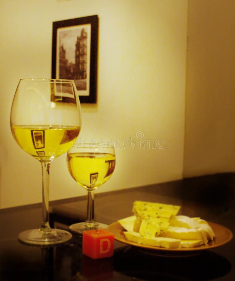 Ένα ποτήρι του θαυμάσιου άσπρου κρασιού με μια φέτα του τυριού στοκ φωτογραφίες με δικαίωμα ελεύθερης χρήσης