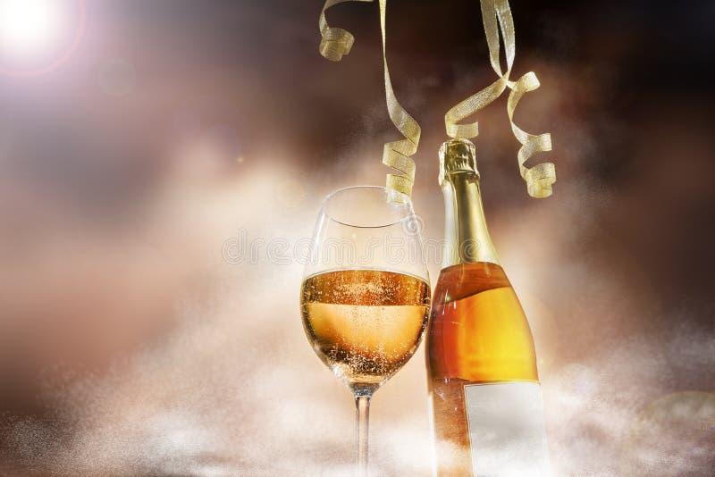 Ένα ποτήρι του κρασιού και μια σαμπάνια μπουκαλιών στο θέμα κομμάτων στοκ φωτογραφία με δικαίωμα ελεύθερης χρήσης
