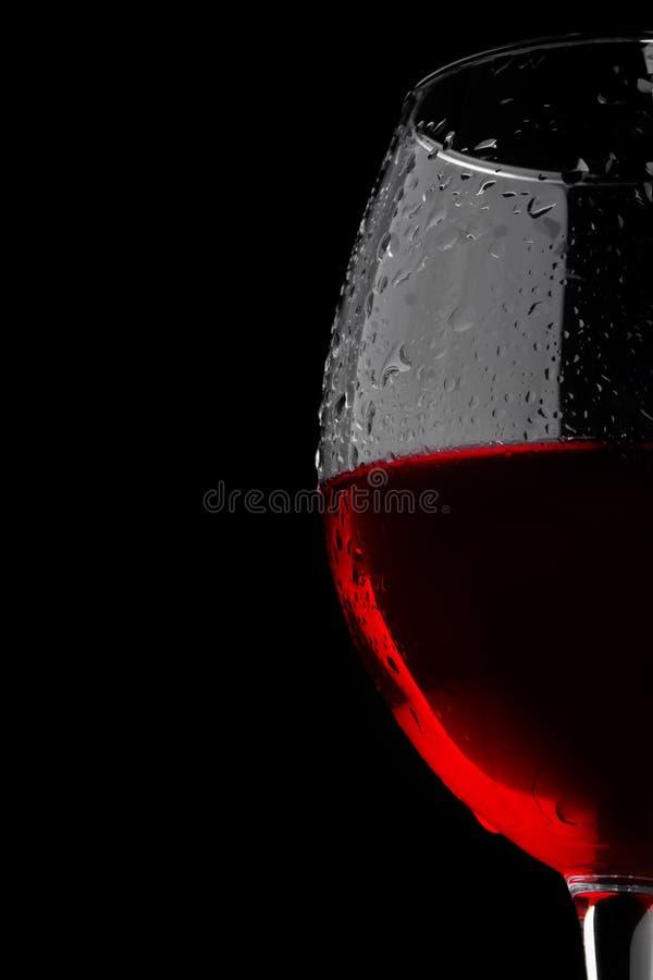 Ένα ποτήρι του κρασιού σε ένα μαύρο υπόβαθρο στοκ φωτογραφία με δικαίωμα ελεύθερης χρήσης