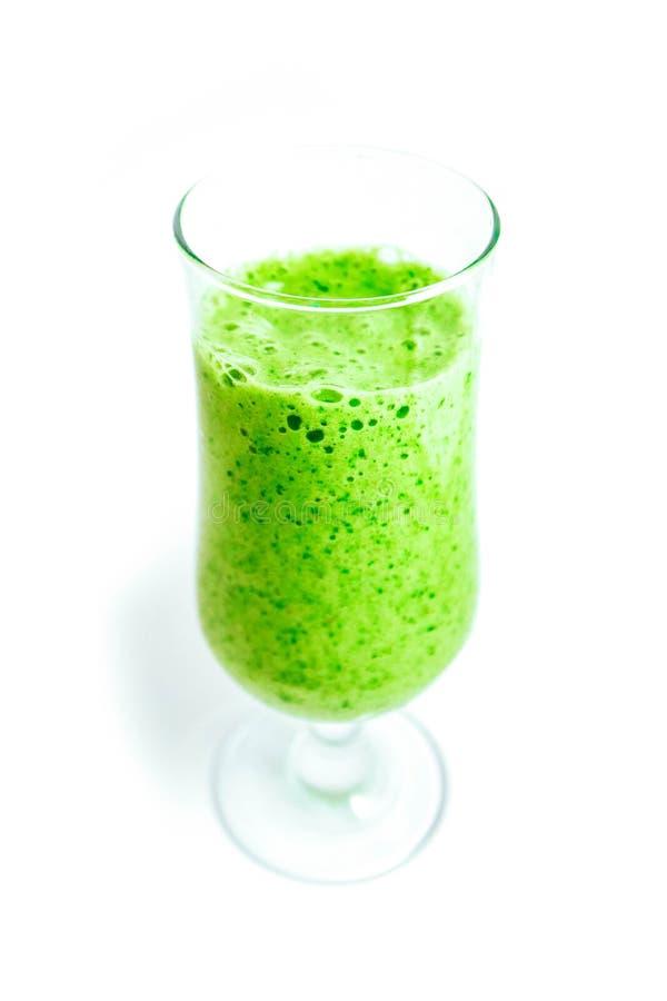 Ένα ποτήρι του πράσινου οργανικού ποτού καταφερτζήδων, που απομονώνεται σε μια λευκιά ΤΣΕ στοκ εικόνες