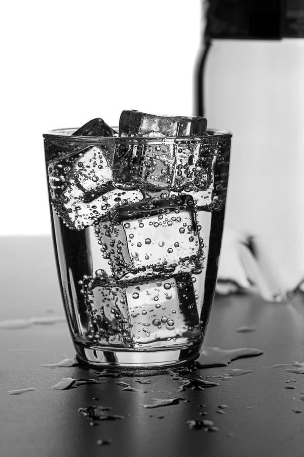 Ένα ποτήρι του ύδατος με τους κύβους πάγου στοκ φωτογραφία με δικαίωμα ελεύθερης χρήσης