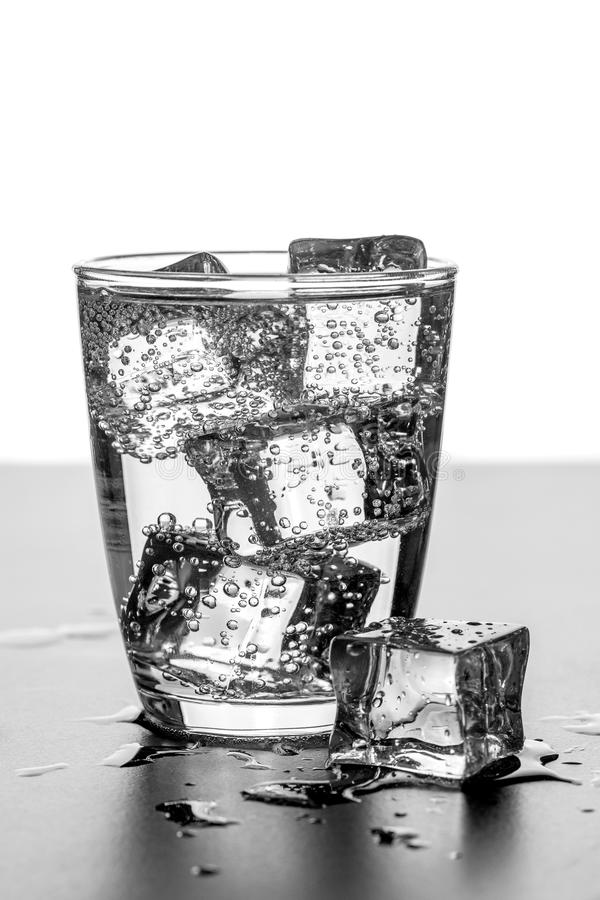 Ένα ποτήρι του ύδατος με τους κύβους πάγου στοκ εικόνα με δικαίωμα ελεύθερης χρήσης