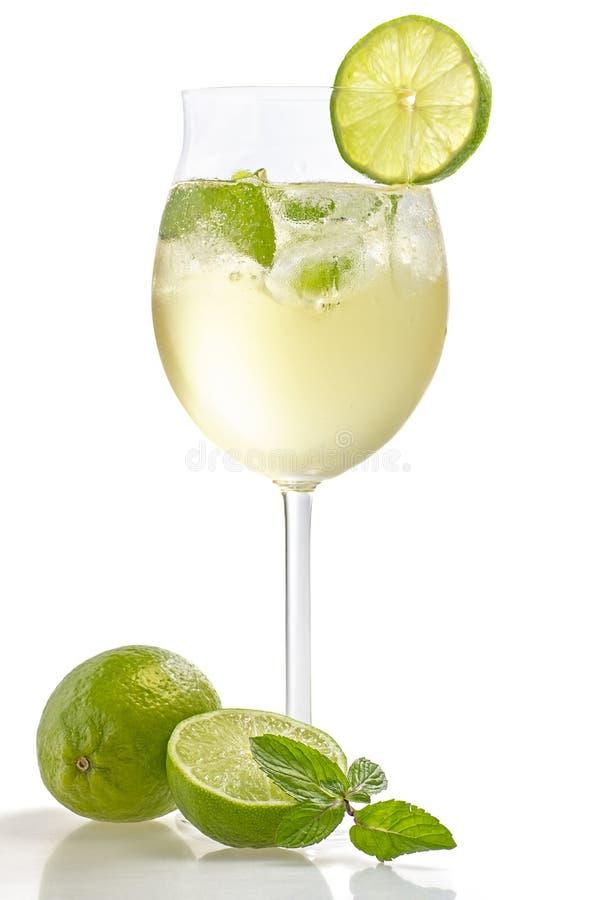 Ένα ποτό με τον ασβέστη και μέντα σε ένα γυαλί κρασιού στοκ φωτογραφίες με δικαίωμα ελεύθερης χρήσης