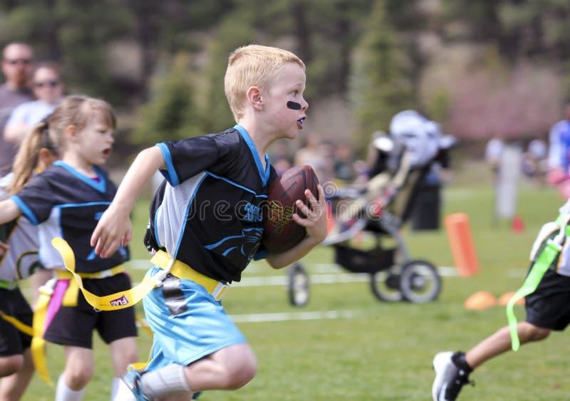 Ένα ποδοσφαιρικό παιχνίδι σημαιών για 5 στα εξάχρονα παιδιά στοκ εικόνα με δικαίωμα ελεύθερης χρήσης