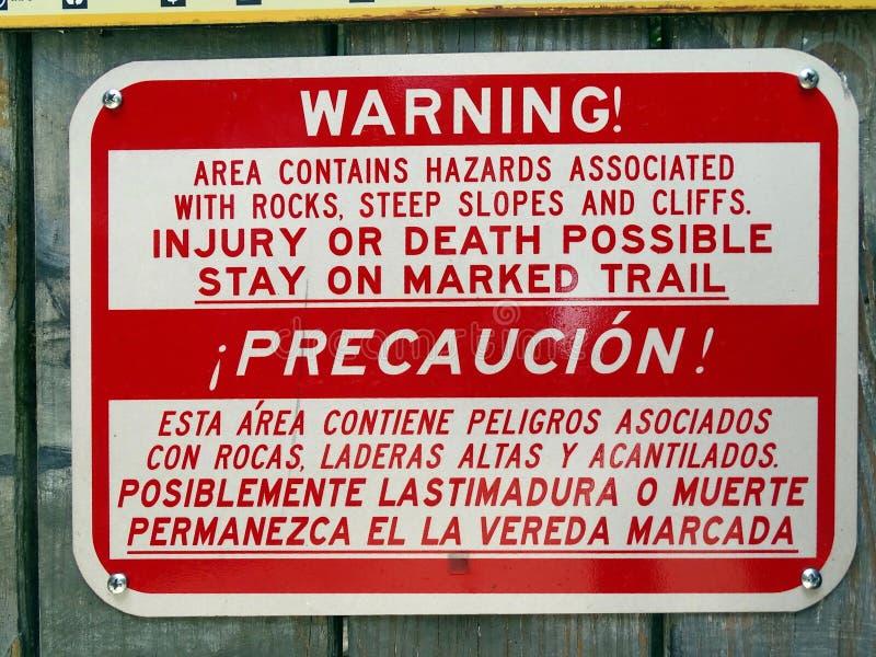 Ένα προειδοποιητικό σημάδι σε μια περιοχή των πολύ απότομων κλίσεων και των δύσκολων απότομων βράχων που παρουσιάζουν κινδύνους γ στοκ φωτογραφίες με δικαίωμα ελεύθερης χρήσης