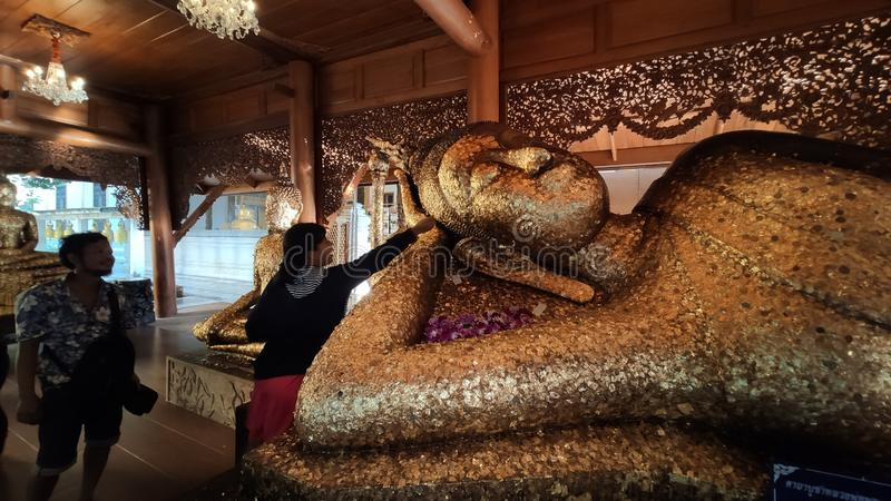 Ένα προσκύνημα τοποθετήθηκε χρυσό στα αγάλματα του Βούδα στο μοναστήρι στο Σιν Μπουρί Τουιλάνδη στοκ φωτογραφίες με δικαίωμα ελεύθερης χρήσης