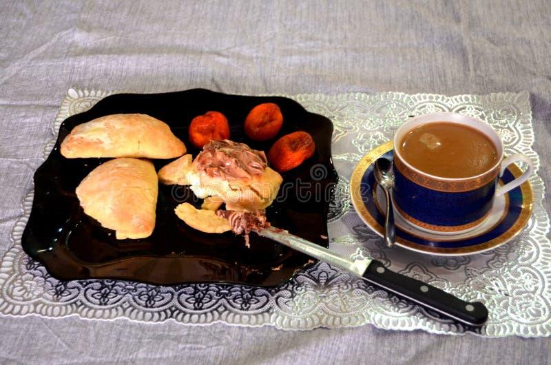Ένα πρόγευμα των πιτών στάρπης με το φυστικοβούτυρο, τα ξηρούς βερίκοκα και τον καφέ στοκ φωτογραφίες