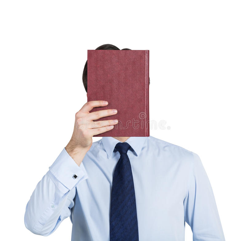 Ένα πρόσωπο κρατά ένα κόκκινο βιβλίο μπροστά από το κεφάλι στοκ εικόνες